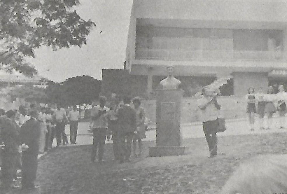 Foto do dia em que busto foi instalado em praça há mais de 40 anos — Foto: Arquivo pessoal
