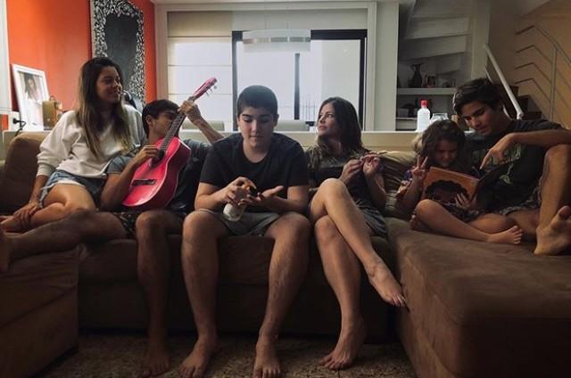 Ana Paula Tabalipa na quarentena com os quatro filhos e a nora (Foto: Reprodução Instagram)