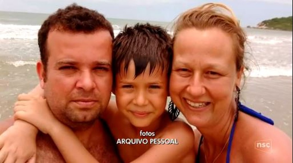 Murilo com os pais na praia (Foto: Reprodução NSC TV)
