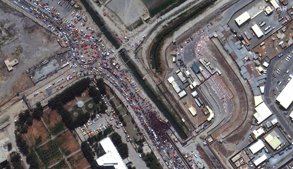 Imagem de satélite mostra grandes multidões ao longo da extremidade leste do aeroporto internacional de Cabul na segunda-feira, 23 de agosto de 2021 — Foto: Maxar Technologies/AP