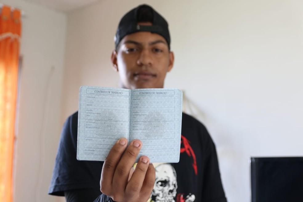 William Pereira da Silva, de 18 anos, trabalha informalmente desde os 15 — Foto: Marlon Costa/Pernambuco Press