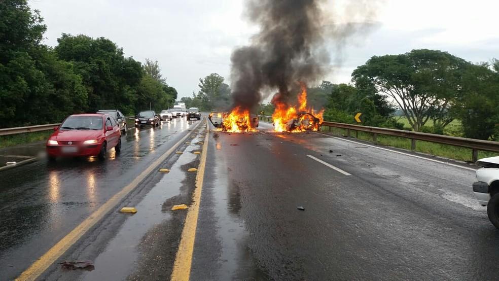 Carros pegaram fogo depois de acidente com vítima na BR-386 em Montenegro — Foto: Divulgação/PRF