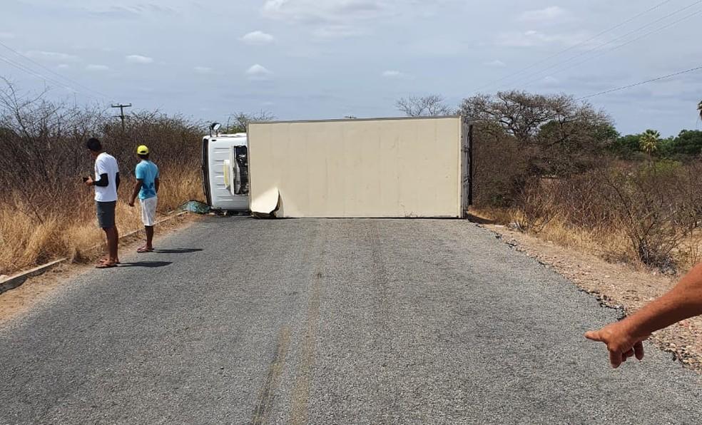 Caminhão tombou e fechou rodovia em Apodi, nesta terça-feira (23) — Foto: CPRE/Divulgação
