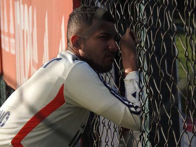 Rojas foi ao campo no CT do São Paulo só para observar o treino e depois voltou ao Reffis — Foto: Marcelo Hazan