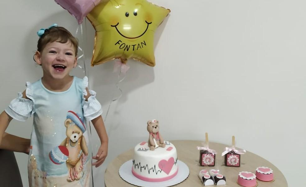 Ester, cardiopata, de 3 anos, comemora a alta hospitalar após ser infectada por coronavírus. — Foto: Arquivo pessoal