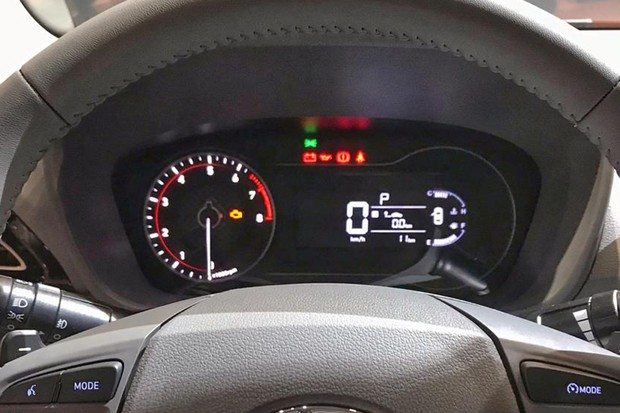 Quadro de instrumentos mistura conta-giros analógico e visor digital (Foto: Diogo de Oliveira/Autoesporte)