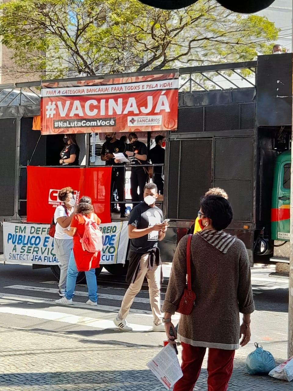 Manifestantes vão às ruas em protesto a Bolsonaro e a favor da vacinação em Juiz de Fora