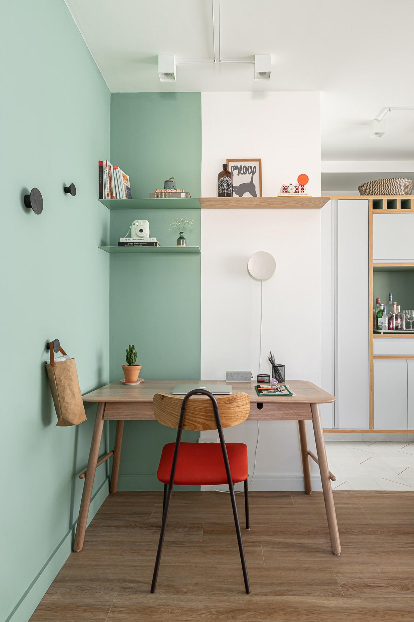 Décor do dia: home office colorido em apartamento pequeno (Foto: Gisele Rampazzo/Divulgação)