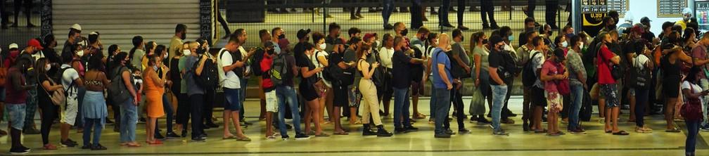 Passageiros fazem fila para esperar o BRT no Terminal Alvorada, na Barra da Tijuca, Zona Oeste do Rio — Foto: Marcos Serra Lima/G1