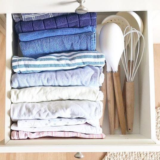 Aproveite aquele cantinho da gaveta de panos de prato para guardar os utensílios que você não usa diariamente (Foto: Instagram/Reprodução)