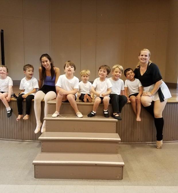 A professora Shona, à direita, com assistente e alunos da turma só de meninos (Foto: Reprodução)
