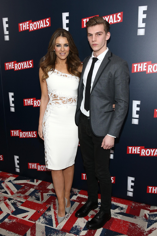 A atriz Elizabeth Hurley e o sobrinho Miles Hurley, esfaqueado em um ataque em Londres (Foto: Getty Images)