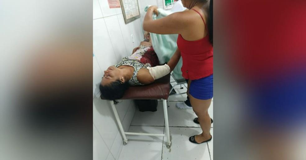 Denilza Figueiredo Soares levou dois golpes de facão no braço direito ao tentar livrar o filho de uma tentativa de homicídio — Foto: Márcio Garcia/Arquivo pessoal