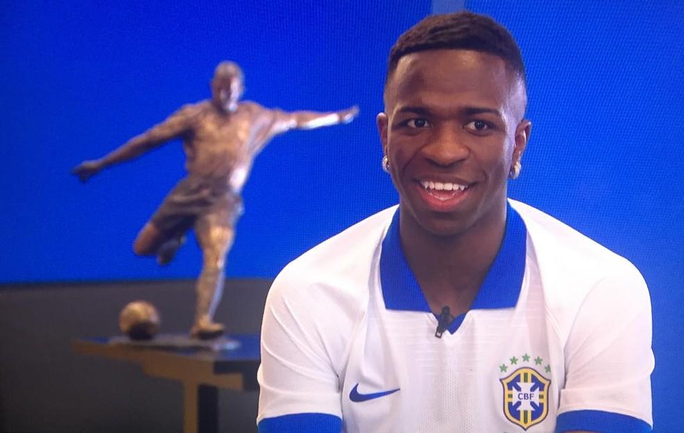 Vinicius Junior com a camisa da seleção brasileira no dia do seu lançamento — Foto: Reprodução/TV Globo