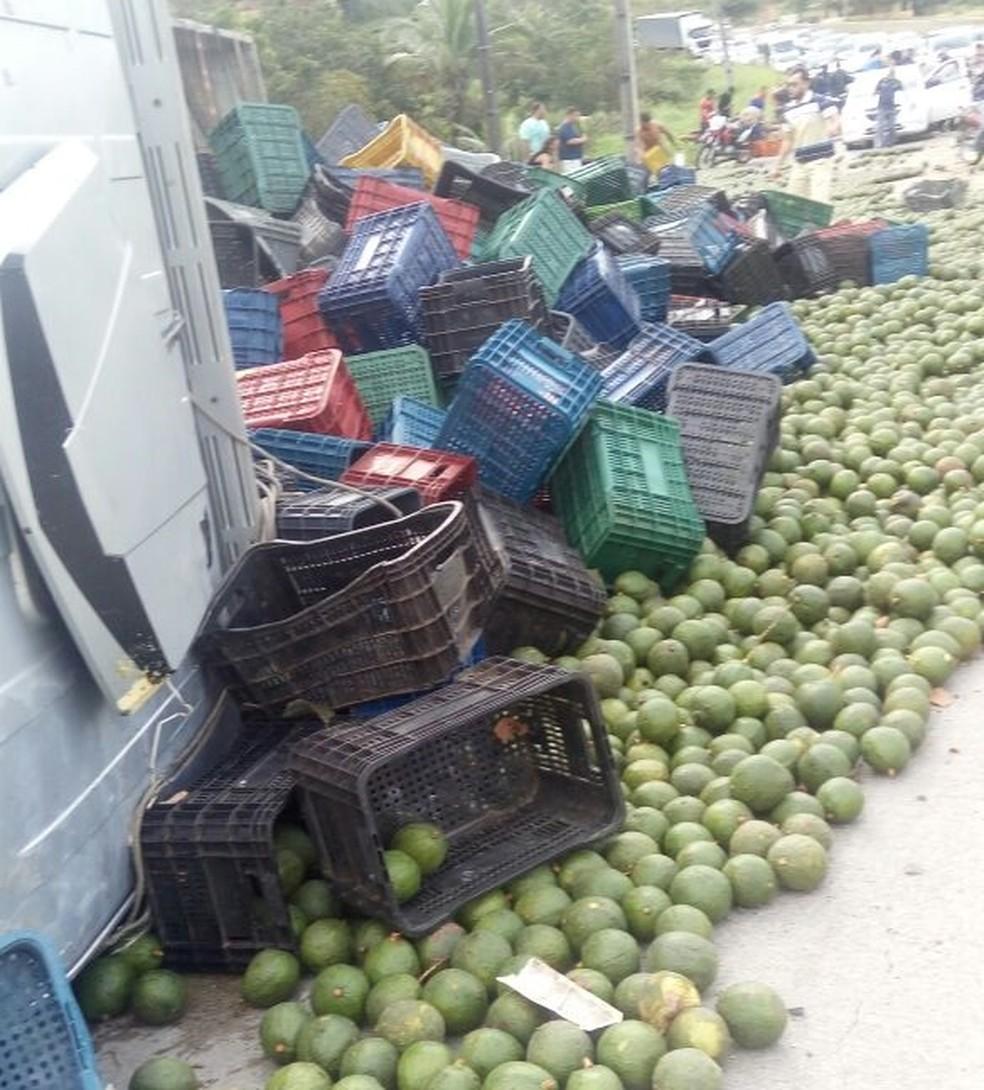 Carga ficou espalhada na BR-232, no Grande Recife (Foto: Reprodução/WhatsApp)
