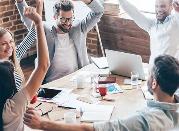 Em 2015, uma pesquisa da Universidade de Warwick provou que funcionários trabalham melhor após receberem um período de descontração (Foto: Business Woman Media/ Reprodução)