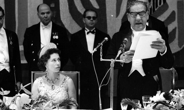 O olhar sério de Elizabeth II para Artur da Costa e Silva durante discurso do general