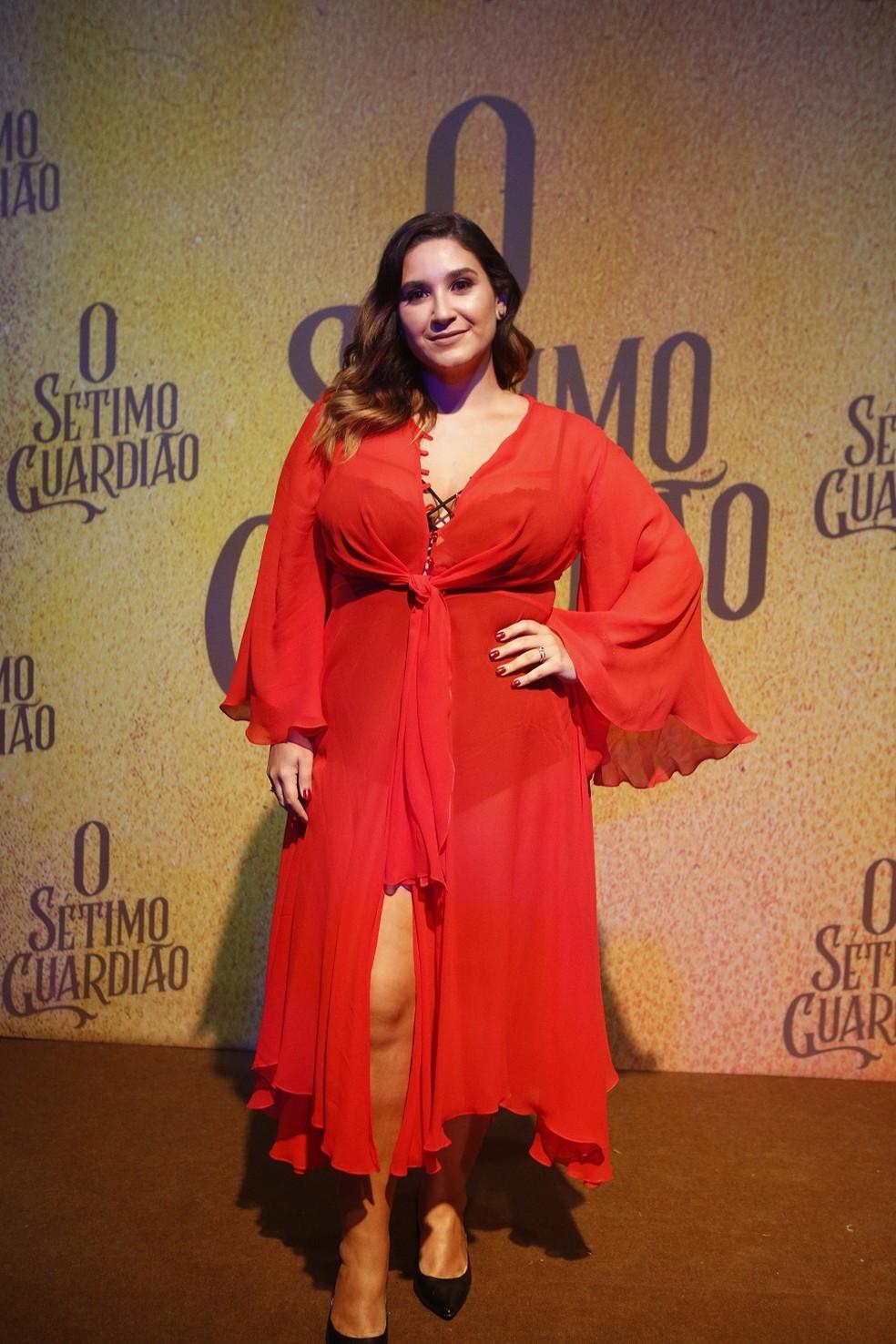 Lyv Ziese posa toda linda de vermelho. Ela será Katiucha — Foto: Fabiano Battaglin/Gshow