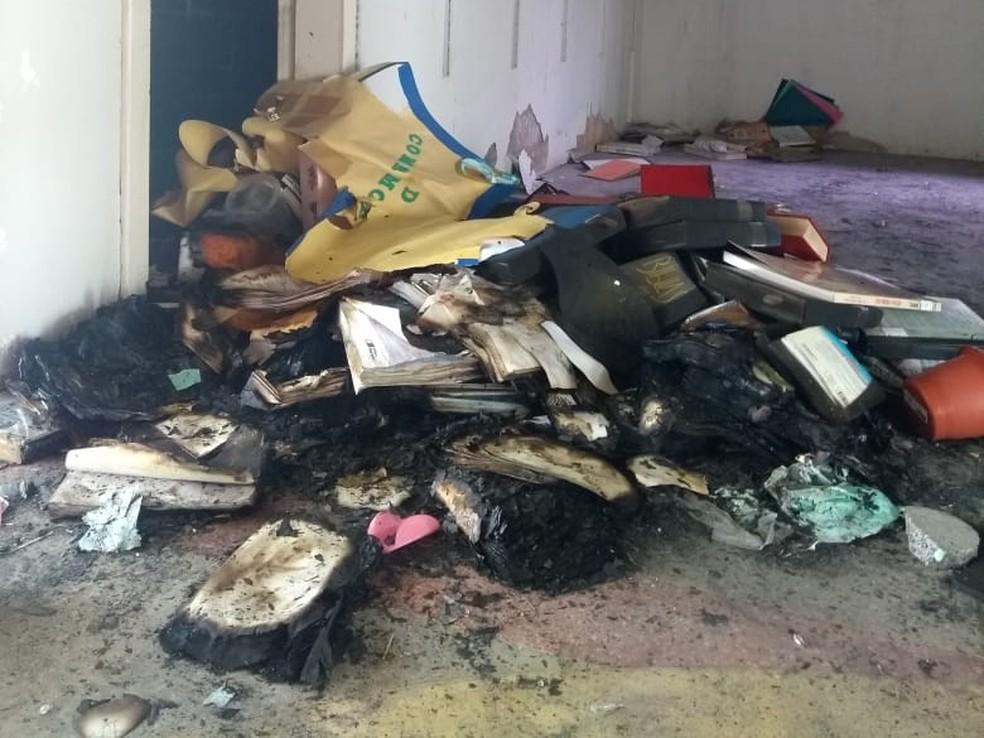 Livros foram queimados por vândalos em biblioteca do município de Mossoró, no RN — Foto: Ivanúcia Lopes/Inter TV Cabugi