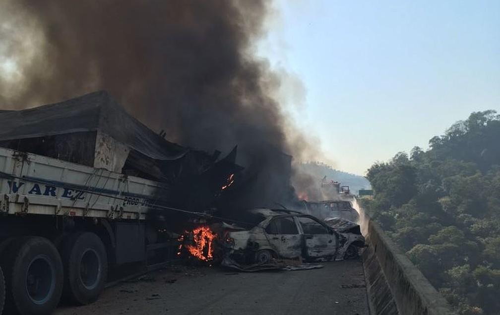 Acidente com 36 veículos provoca incêndio e morte na Carvalho Pinto em Jacareí (Foto: Divulgação/ Corpo de Bombeiros)