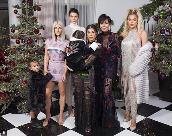 A foto de família compartilhada por Kourtney Kardashian com a presença de Kim Kardashian, Khloé Kardashian, Kendall Jenner e Chris Jenner, mas sem Kylie Jenner (Foto: Instagram)