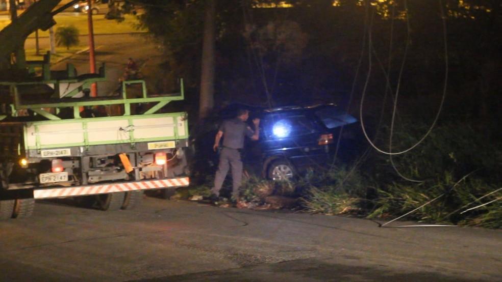 Motorista perdeu o controle do veículo e bateu carro em poste em Itapeva (SP) — Foto: Giro Itapeva/Divulgação