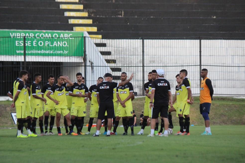 Treinador vê grande potencial nos jovens das categorias de base (Foto: Diego Simonetti/Blog do Major)