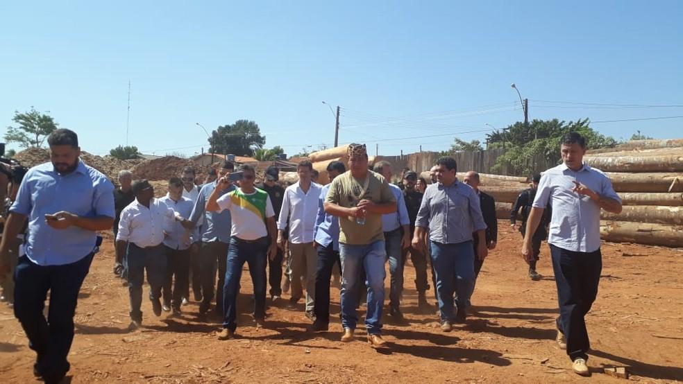 Ministro Ricardo Salles em visita em madeireira de Espigão — Foto: Magda Oliveira/G1