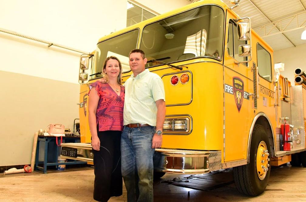 O empresário Júlio Ometto e a esposa Vanessa, que também dirige o caminhão — Foto: Luciano Calafiori/G1