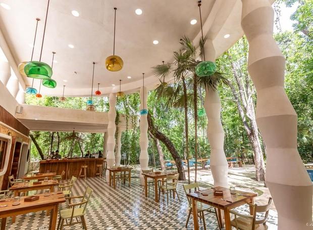 Além de spa e áreas para a prática de terapias holísticas, o hotel também conta  com restaurante (Foto: Holistika Hotel/ Reprodução)