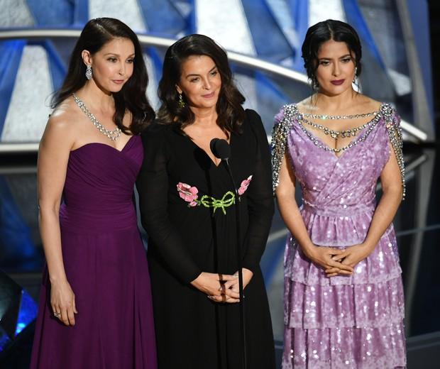 Ashley Judd, Annabella Sciorra e Salma Hayek: o momento Times Up do Oscar 2018  (Foto: Kevin Winter/Getty Images)