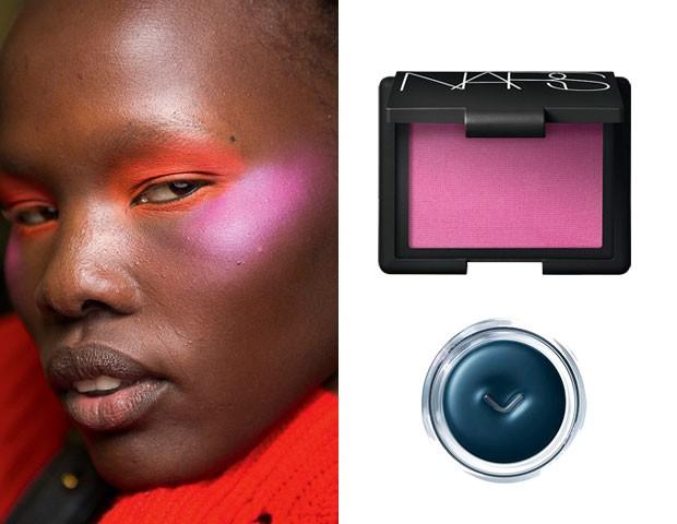 Backstage do desfile de inverno 2018 da marca Ashley Williams: vermelho nos olhos e blush iridescente pink nas têmporas/Blush Desire (R$ 186), NARS; Delineador azul Inkstroke (R$ 199), Shiseido (Foto: Imaxtree/Divulgação)