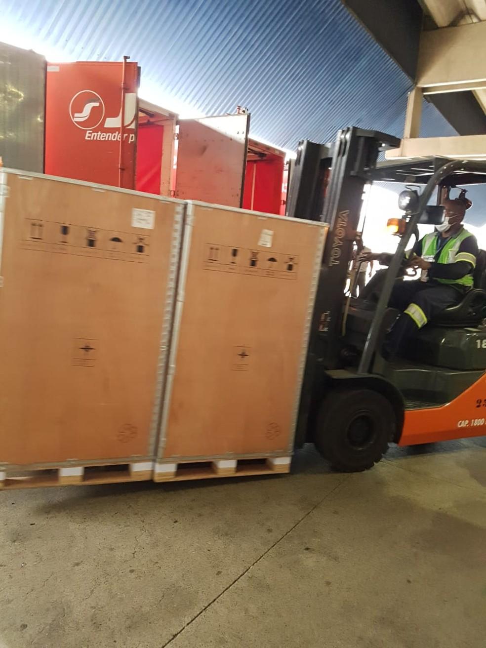 Carregamento de equipamentos de anestesia que serão usados como respiradores em São Paulo que chegaram em junho ao Aeroporto Internacional de Guarulhos — Foto: Divulgação