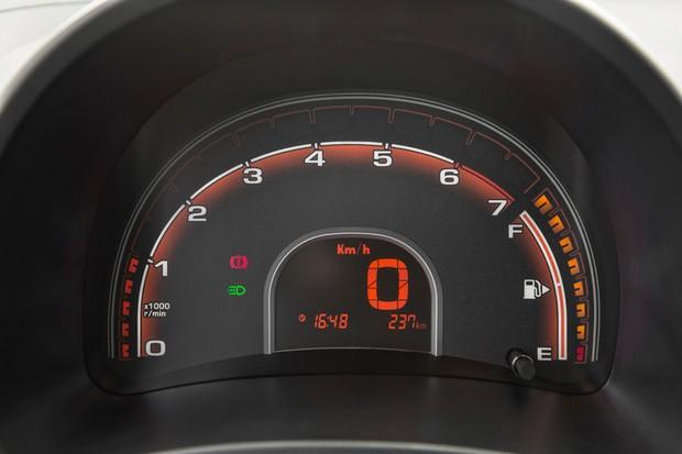 Conta-giros se une ao mostrador de combustível em um arco (Foto: Fabio Aro/Autoesporte)