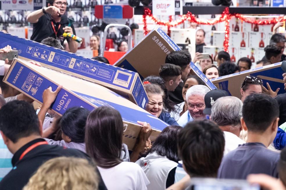 Consumidores disputam TVs com desconto na Black Friday — Foto: Celso Tavares/G1