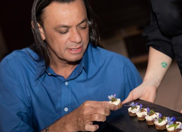 Frank Aguiar durante a degustação do cardápio de casamento (Foto: Elias Aftim)