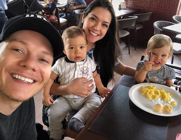 Michel Teló e Thais Fersoza com os filhos: Teodoro e Melinda (Foto: Reprodução)