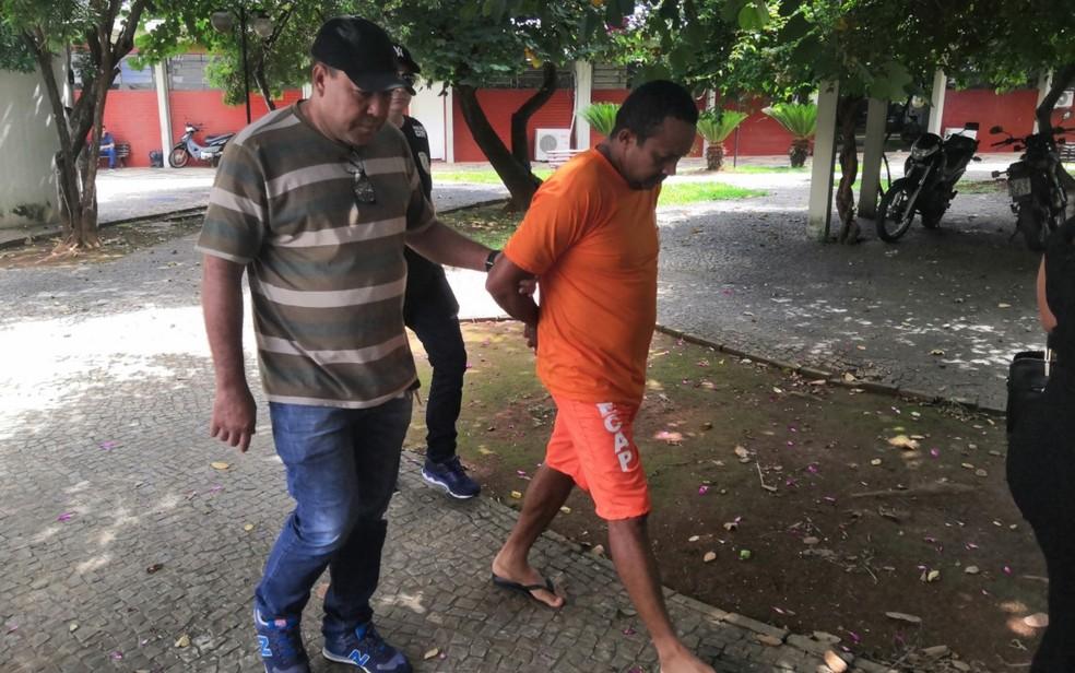 Júnio Vagner Moura Gomes foi preso suspeito de atirar na ex e matar homem que curtiu foto dela, em Nova Crixás — Foto: Sílvio Túlio/G1