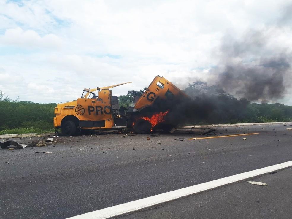 Carro-forte foi explodido durante assalto na BR-304, em Assu  — Foto: Sara Cardoso/Inter TV Costa Branca