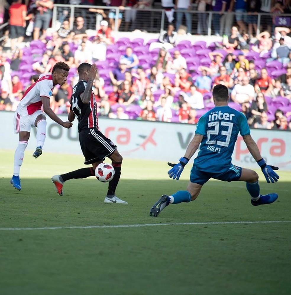 David Neres faz gol pelo Ajax no goleiro Tiago Volpi — Foto: Reprodução twitter