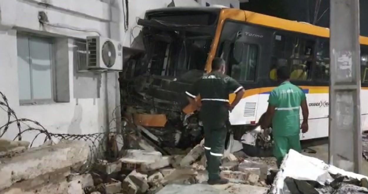 Colisão frontal entre carro e ônibus deixa feridos na Avenida Cruz Cabugá