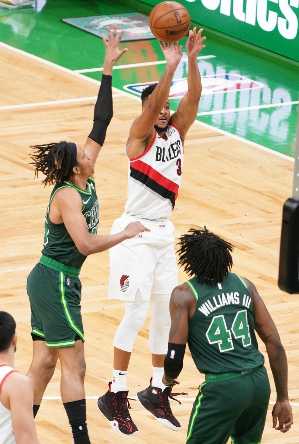 CJ McCollum tenta arremesso contra marcação dos Celtics — Foto: David Butler II-USA TODAY Sports