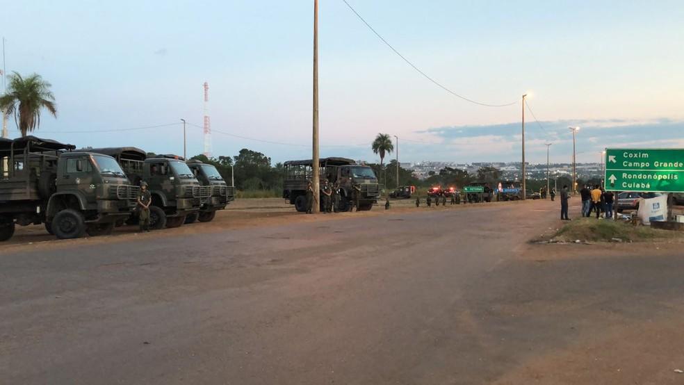 PRF e Exército desocupam trechos bloqueados por caminhoneiros em Rondonópolis (Foto: Wésllen Tecchio/TVCA)