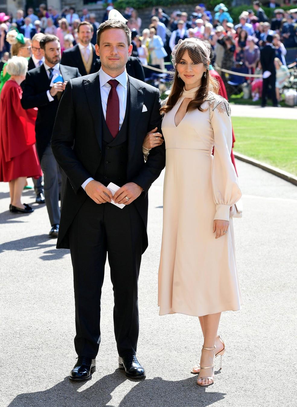 Patrick J. Adams, ator que também participou da série Suits, e sua mulher Troian Bellisario (Foto: Ian West/pool photo via AP)