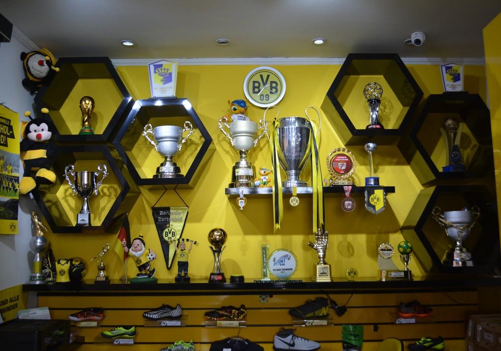 Sala guarda itens do Borussia Dortmund e os troféus conquistados pela escolinha — Foto: Guilherme Borges