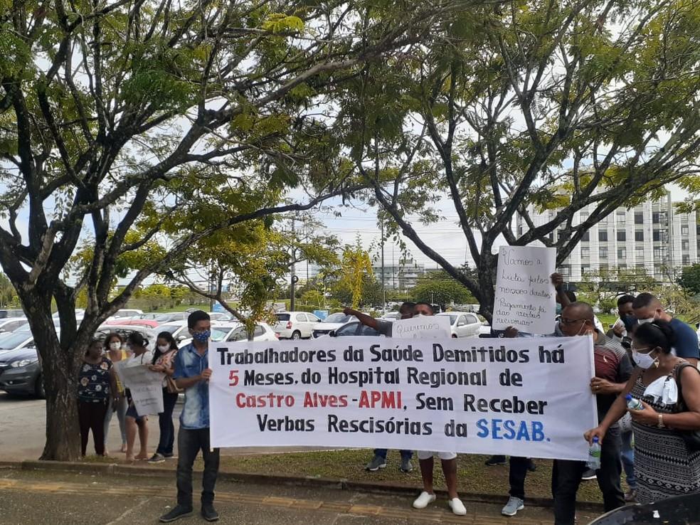 Ex-funcionários do Hospital Regional de Castro Alves fazem protesto na frente de sede da Sesab — Foto: Leandro Alves / BlogBahia 10
