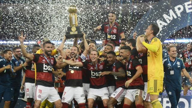 Flamengo ergue a taça da Recopa Sul-Americana