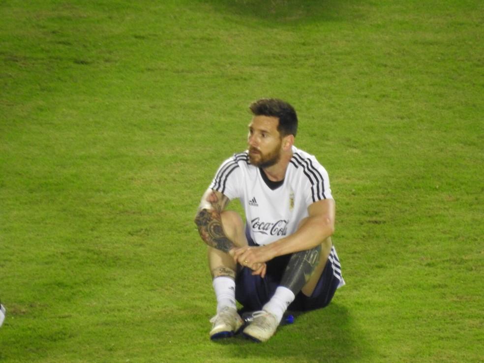 """Messi """"descansa"""" durante treino da Argentina em Salvador — Foto: Bruno Cassucci"""