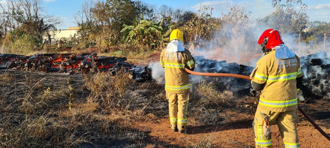 Depósito em Uberaba pega fogo e proprietário alega que incêndio foi criminoso