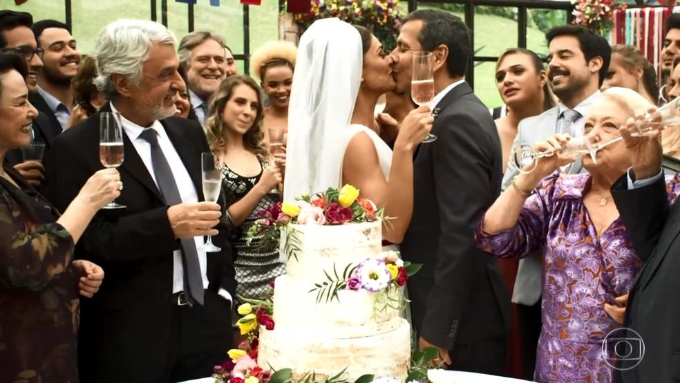 Maria da Paz (Juliana Paes) e Amadeu (Marcos Palmeira) se casam, no último capítulo de 'A Dona do Pedaço' — Foto: Globo